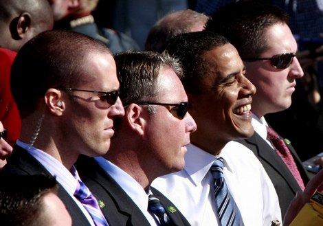 Tak Sekedar Gaya, Ini Alasan Bodyguard Pakai Kacamata Hitam